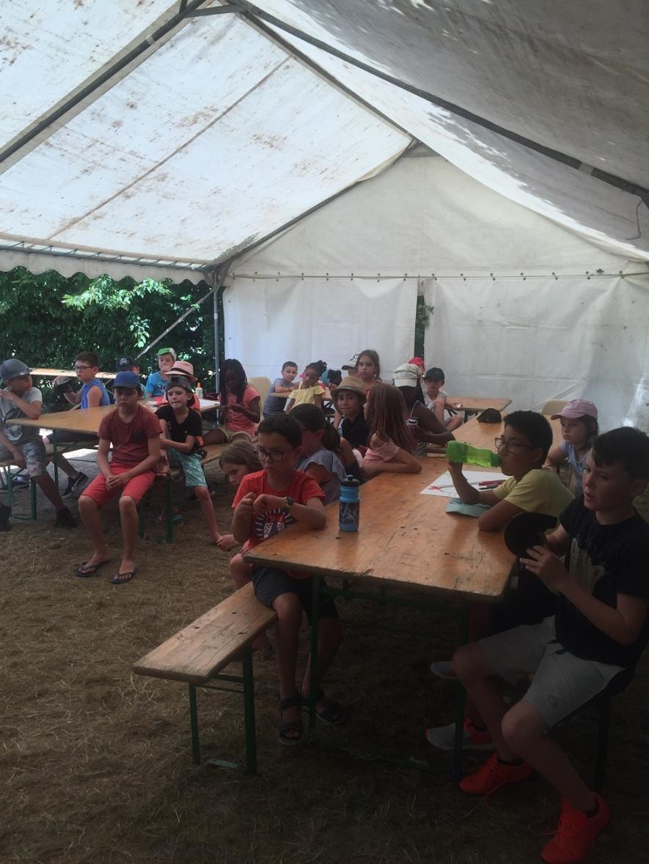 Une fois l'installation dans les tentes terminée, les enfants ont établi leur propre règles de vie et découvert leurs missions pour devenir de parfaits campeurs.
