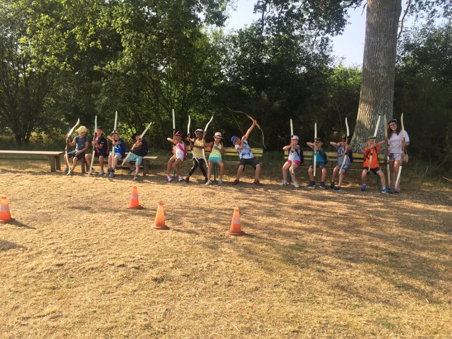 Deuxième jour de camp : après une bonne nuit de sommeil, les enfants ont attaqué la journée par une séance de tir à l'arc pour un groupe, et par un béret pour l'autre.