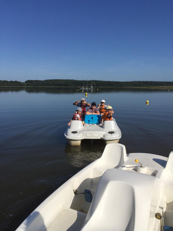 Avant dernière journée pour nos petits poissons. La journée a été rythmée par une sortie pédalos et kayak le matin et une baignade tant attendue pour les enfants l'après-midi. Avec la chaleur ils ont apprécié.