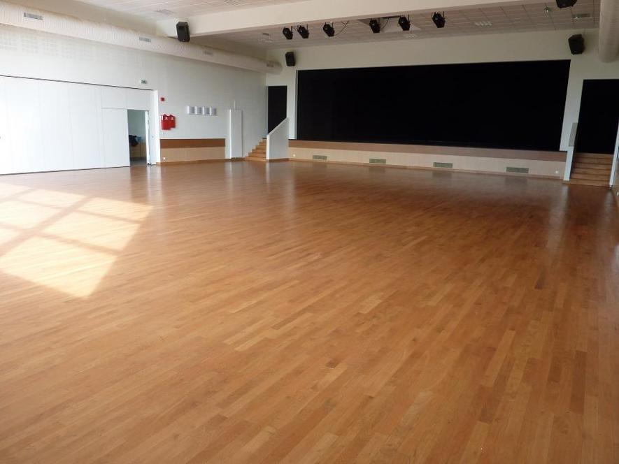 La salle (avec la scène)
